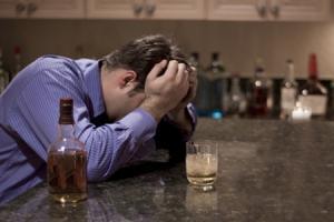 Según Alcohólicos Anónimos, crece la cantidad de personas con esta adicción y cada vez son más jóvenes