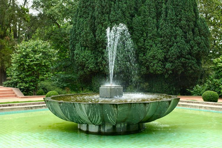 Relaci n entre fuentes de agua y feng shui for Banderas decorativas para el jardin