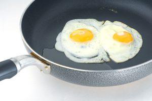 Como hacer huevos fritos