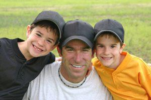 Ser amigo de los hijos, ¿es positivo o un gran error?