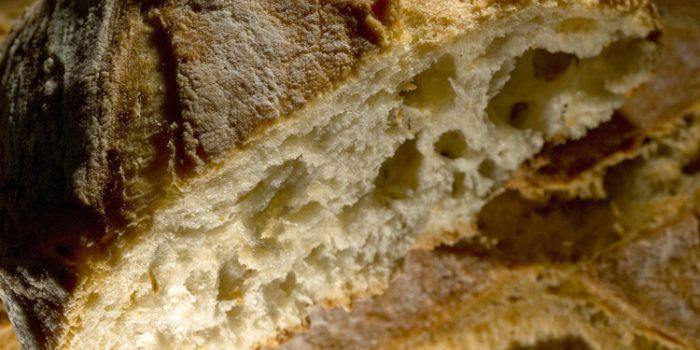 Cocer pan en cazuelas de barro