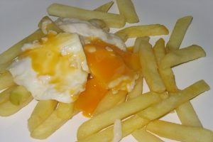 Huevos estrellados con patatas