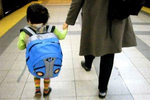 nino-con-mochila