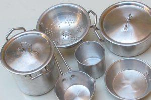 Utensilios de aluminio en la cocina