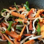 Salteado de verduras con alga Espagueti de mar