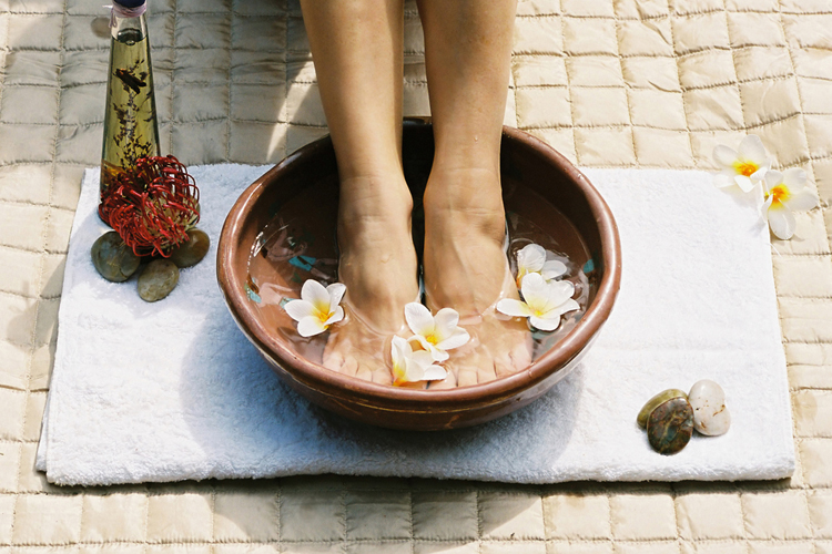 agua tibia con sal para relajar los pies