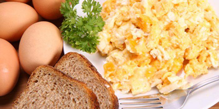 Cómo hacer huevos revueltos con espárragos