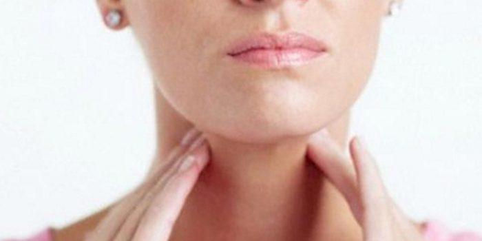 ganglio hinchado debajo de la oreja