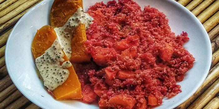 Risotto rosado de coliflor con verduras variadas