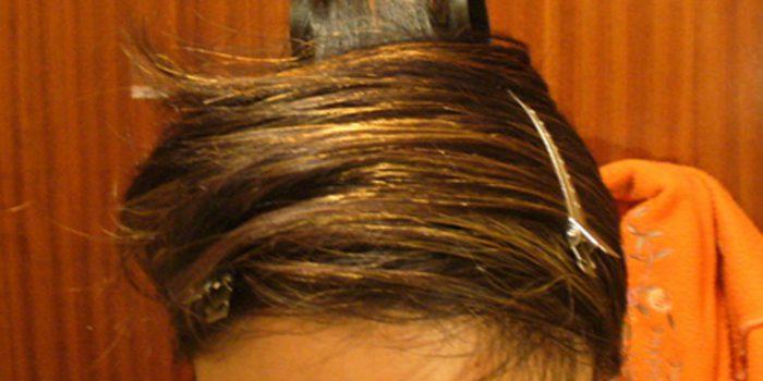Alisar el cabello con la toga, un método tradicional